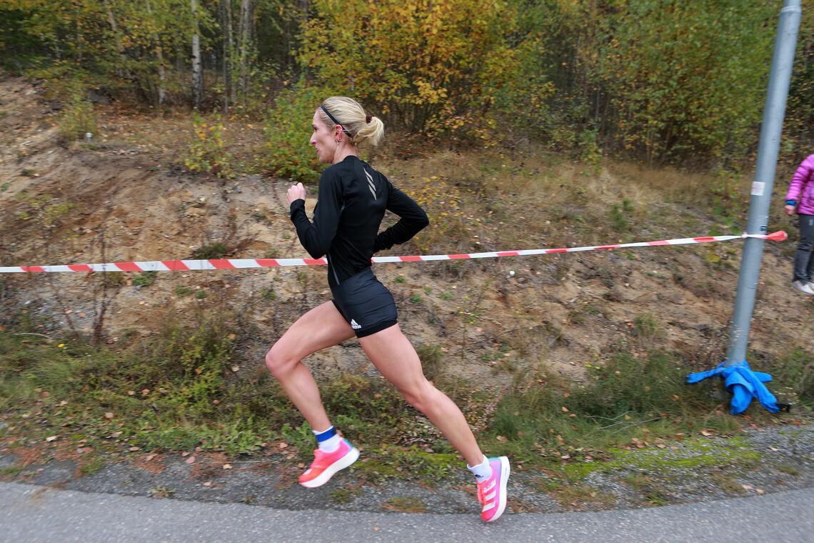 Karoline imponerte voldsomt da hun løp inn til fantastiske 30:32 på Hytteplanmila (Foto: Kjell Vigestad)