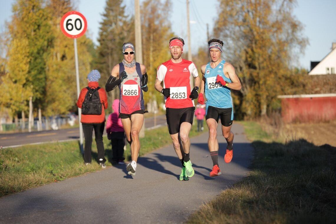 Frode Stenberg, Rolf Steier og Eirik Gramstad lå lenge sammen, men Steier brøt litt etter halvveis. Gramstad vant foran Stenberg. (Foto: Bjørn Hytjanstorp)