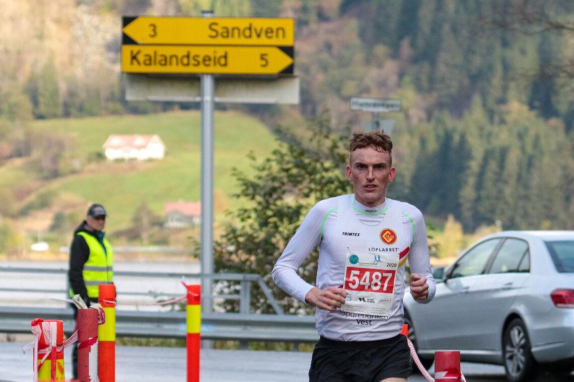Marius Vedvik forbedret løyperekorden for halvmaraton i traseen mellom Fana Stadion og Kalandsvannet, den faste løypen til Maratonkarusellen. (Alle foto: Arne Dag Myking)