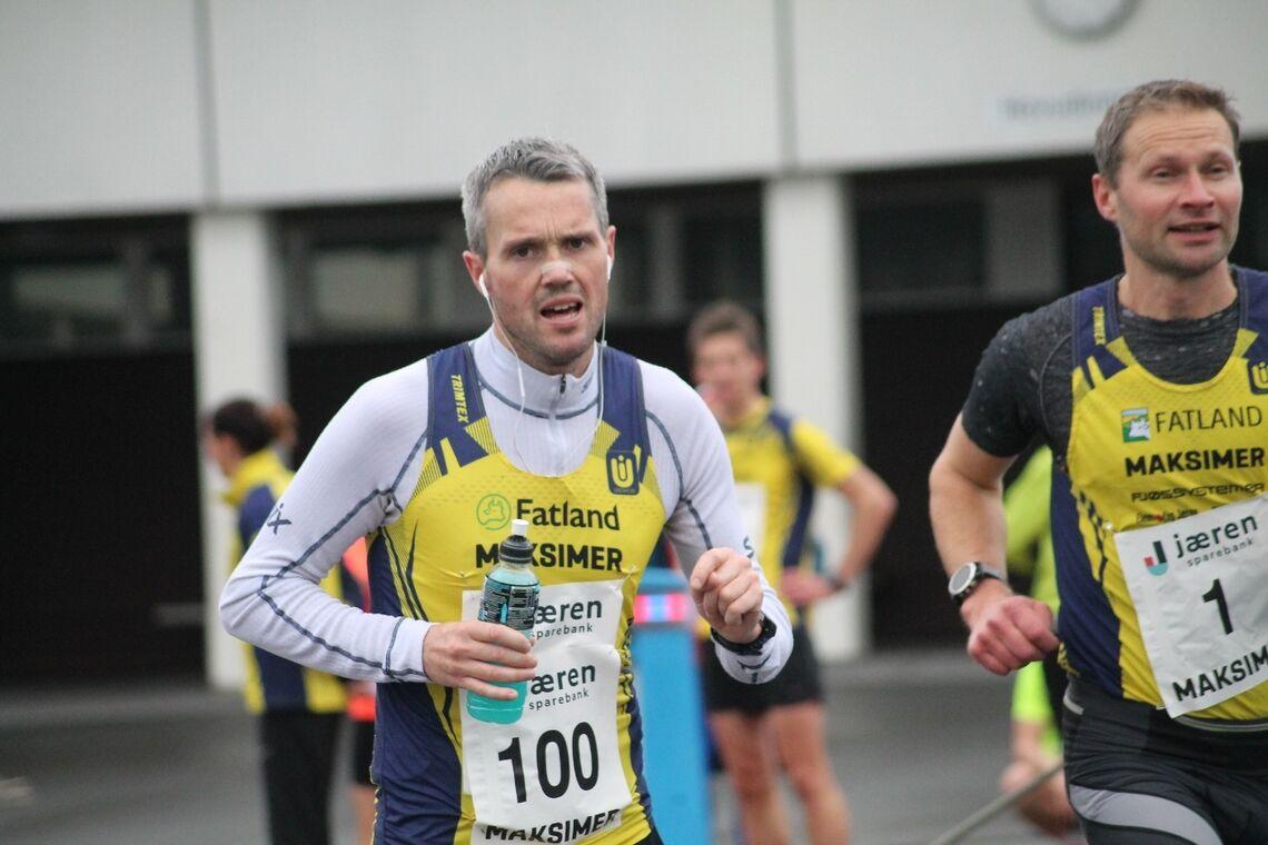 Jarle Risa løp de første rundene på stafetten for Undheims herrelag samtidig som det var innledningen på hans maratonløp. (Foto: Ingolf Dale)