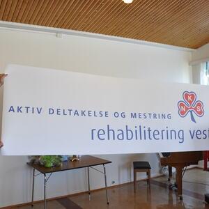 Herlof Nilsen og Oddvar Nilsen, henholdsvis administrerende direktør og styreleder i Helse Vest, avduker navnet til Rehabilitering Vest under åpningen i 2010.