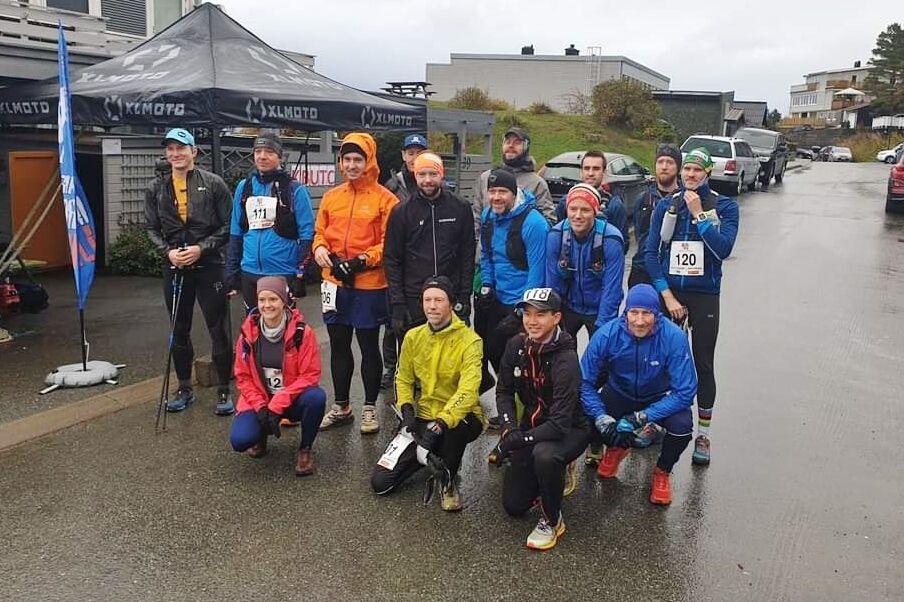 15 løpere, en kvinne og 14 menn, er klar for en strabasiøs ultraintervall. Arrangør og deltager Torgeir Kruke i gul jakke. (Arrangørfoto)