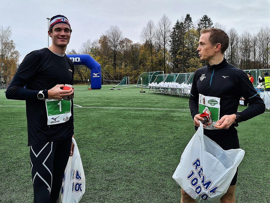 Vinner Karl Fremstad og toeren Øyvind Heiberg Sundby nyter sjokolademjølka etter innkomsten på Kringsjå. (Foto fra løpets facebookside)