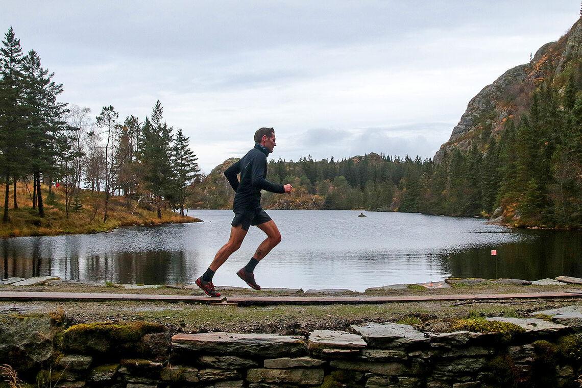 En av løperne passerer demningen ved Storavatnet, en av de flate passasjene i løpet. (Alle foto: Arne Dag Myking)