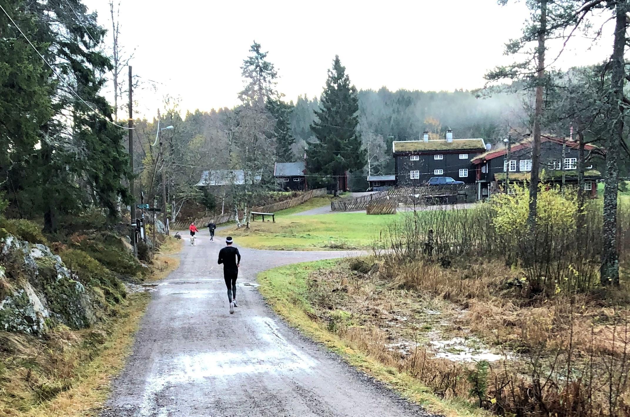 Stemningsbilde da vinneren Karl Fremstad passerer Tryvannstua. Foto Anne Jenny Dvergsdal.jpg