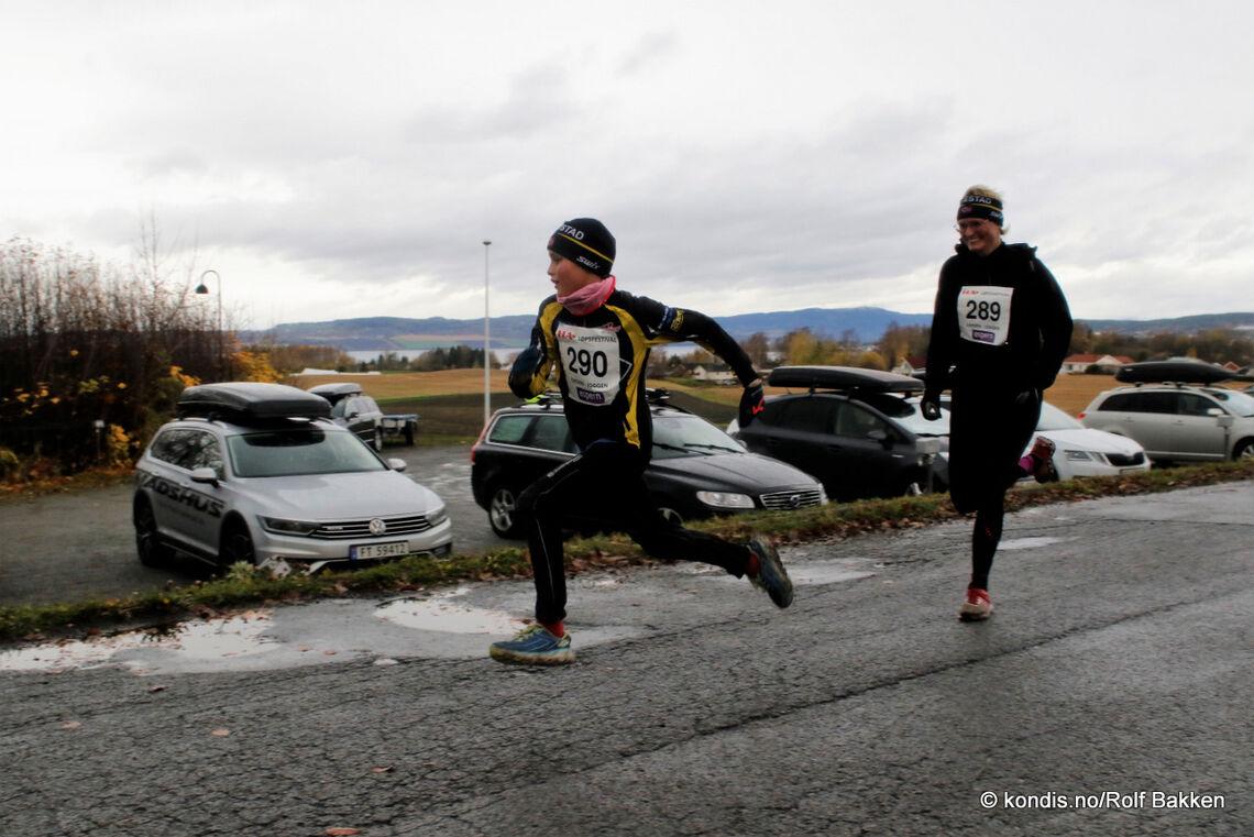 Jacob Aarskog Bjerke hadde spart krefter til å spurtbeseire mor Kristin Aarskog i Espern-joggen.