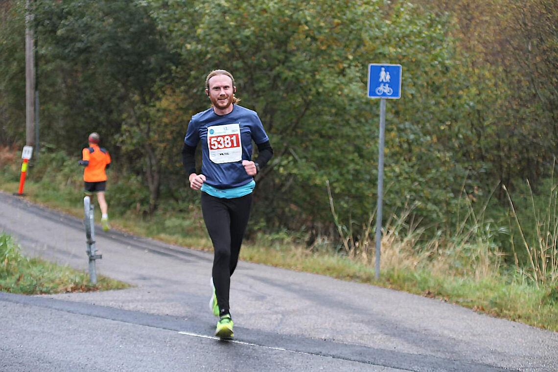 Her får du historien om hvordan det gikk da 35 år gamle Inge Andersland skulle debutere på maraton under Maratonkarusellen i Bergen 17. oktober. (Foto: arrangøren)