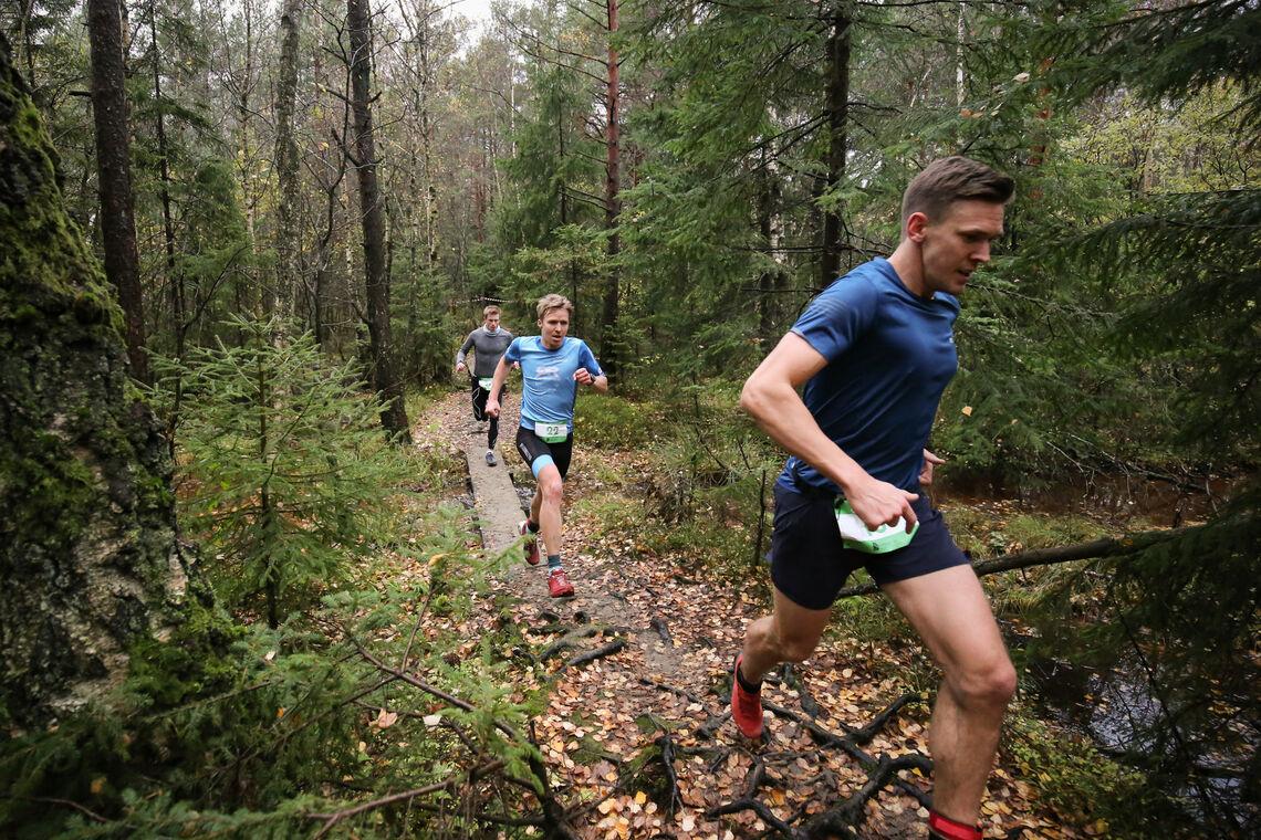 Backyard ultra løpes vanligvis i terrenget, som her i Sandefjord. Vi ser vinneren Sebastian Håkansson foran triatleten Allan Hovda. (Foto: Nikita Solenov)