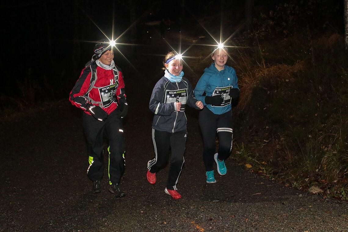 Signe Svindland, Lily Ingvild Cornell og Freya Daisy Cornell er godt i gang med løpet. (Alle foto: Arne Dag Myking)