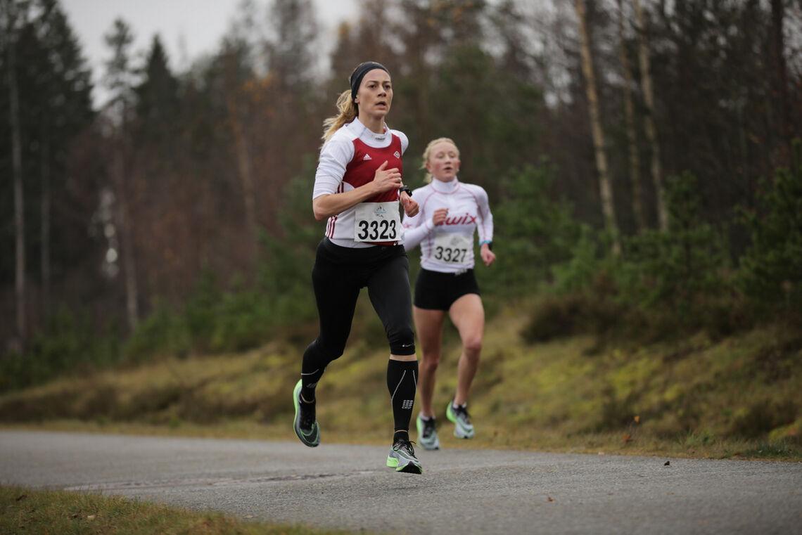 Her avgjør Marte Sønstevold (nærmest) duellen om seieren på 5 km med Sara Magndal. (Foto: Bjørn Hytjanstorp)