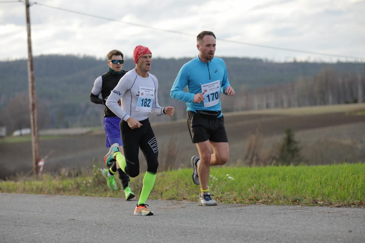 IMGL1032_Håkon_Hjemly_tar_igjen_løpere_fra_pulja_foran (1280x851).jpg
