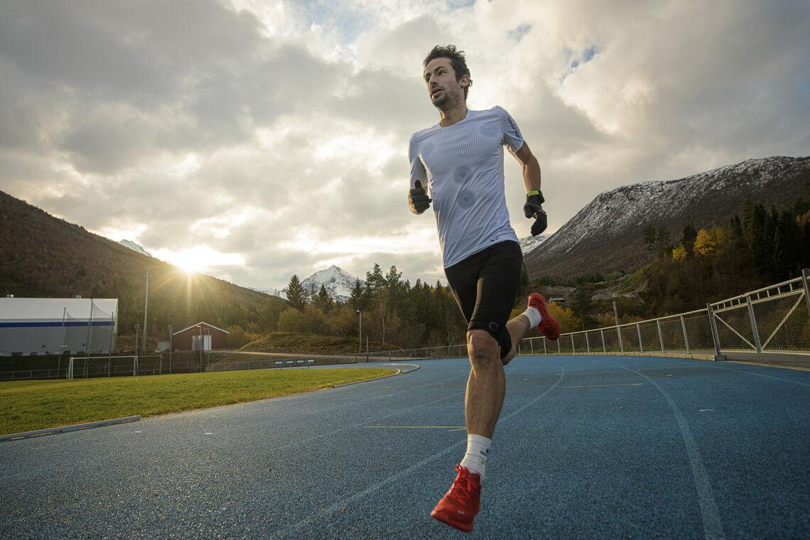 Kilian i en treningsøkt på Måndalen stadion der 24-timersløpet finner sted. (Foto: Salomon)