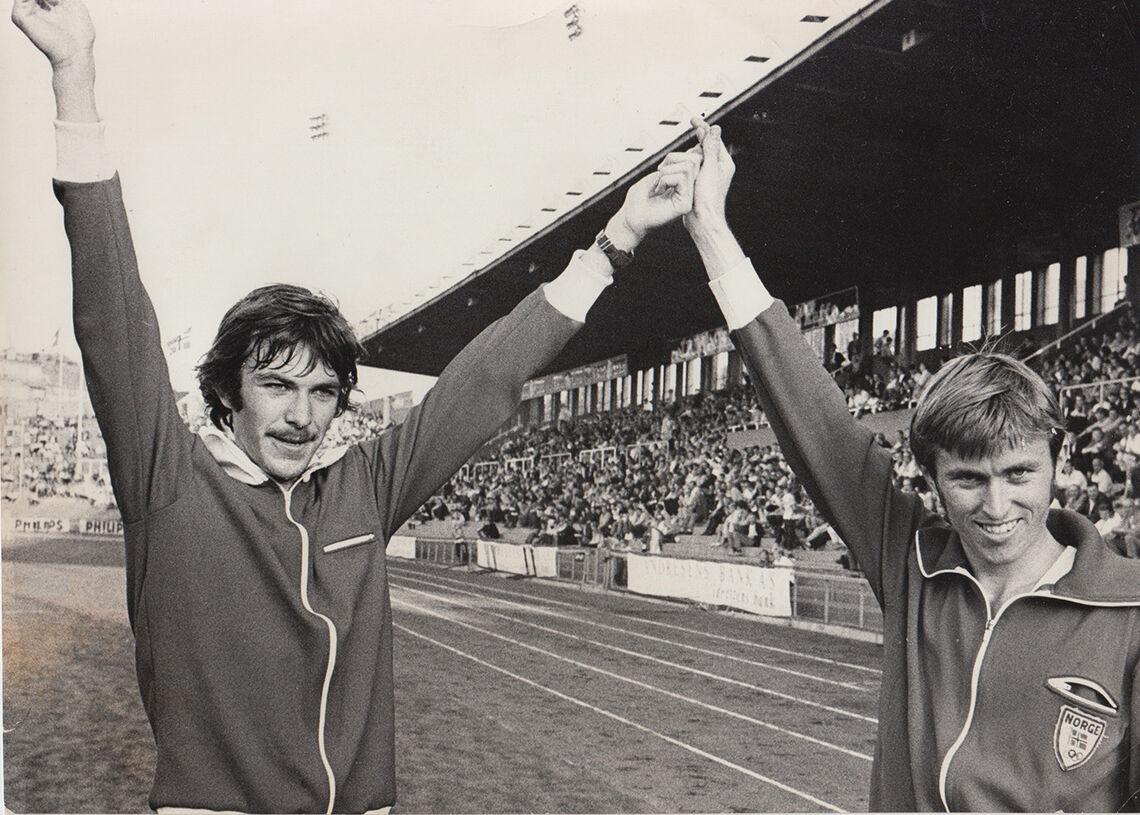 Seiersjubel: Bislett 1970 i landskampen mot Tsjekkoslovakia, der Arne vant 1500 meter på 3.39,6 og Knut løp på 3.41,0. (Foto: fra Arne Kvalheim)