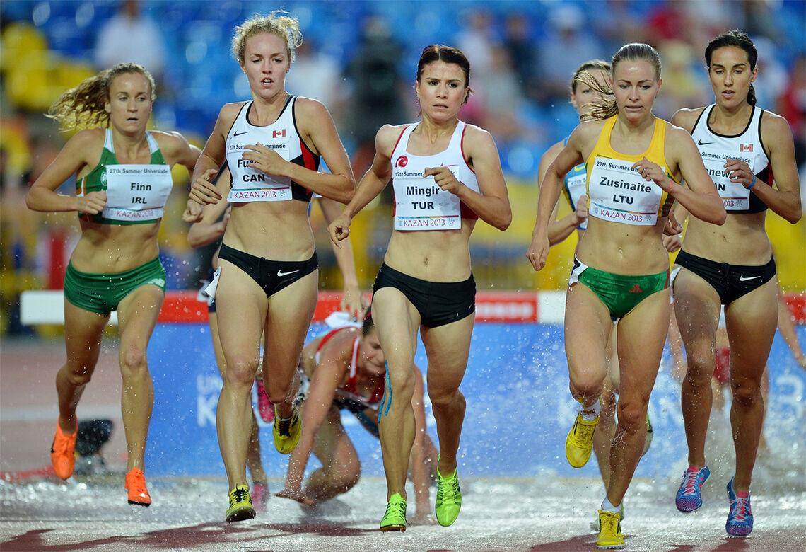 Det tok sju år før de to canadiske jentene, Jessica Furlan (nest lengst til venstre) og Chantelle Groenewoud (til høyre) fikk de to medaljene de fortjente. (Foto: FISU)