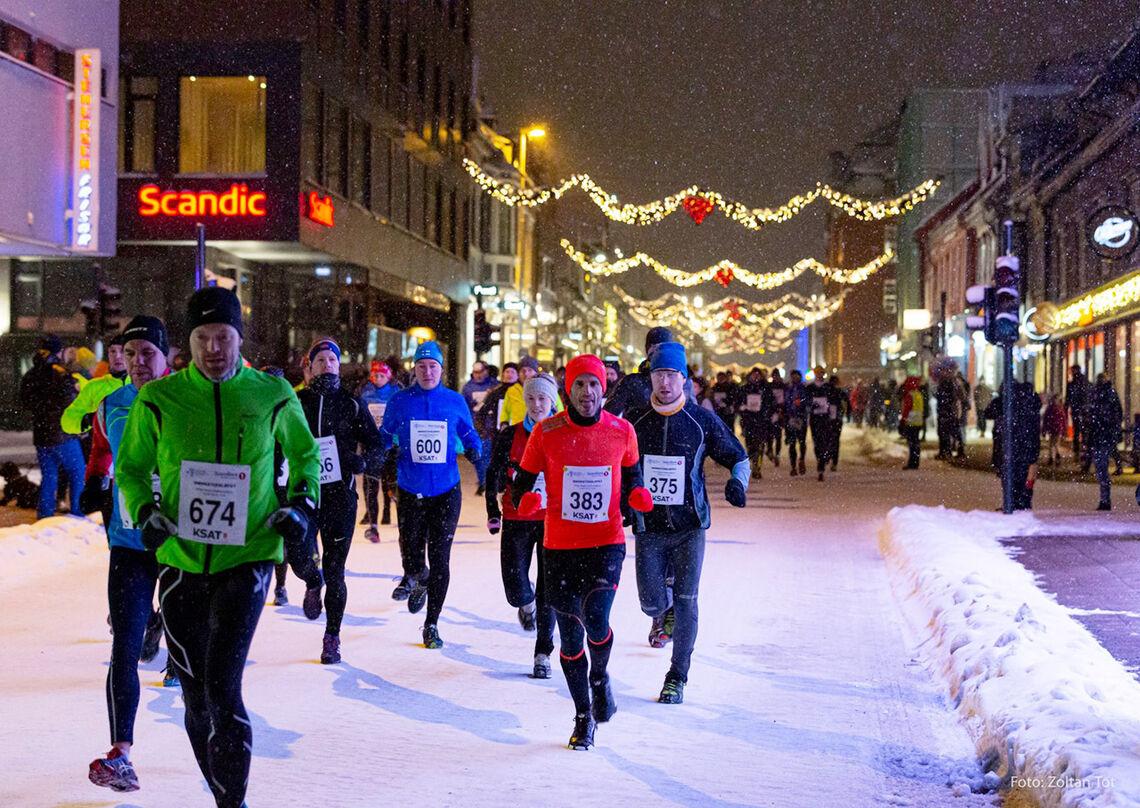 Mørketidsløpet i Tromsø har fått godkjent sine smittevernplaner og arrangeres til lørdag med en begrensning på 800 deltakere fordelt på fire startpuljer.. (Foto: Zoltan Tot)