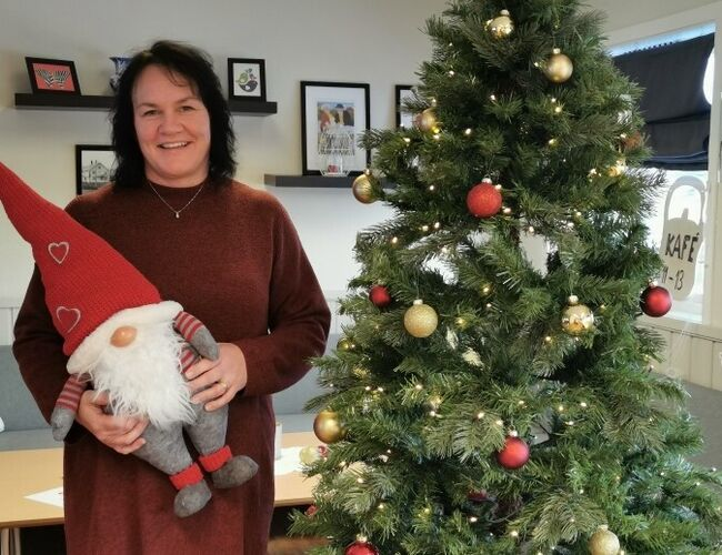 Juletreet er pyntet og nissen er på plass hos Jannicke Meland på frivilligsentralen i Lensvik.