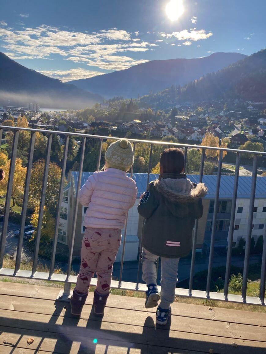 To barn som ser på utsikten frå campus