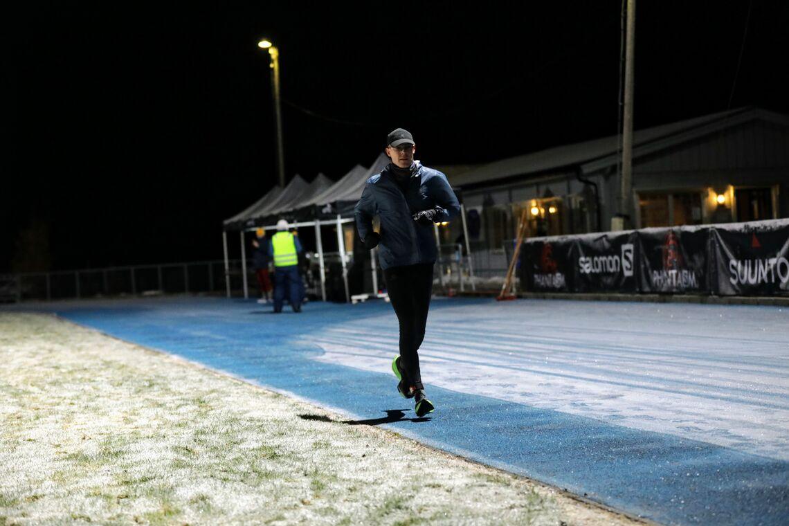Jo Inge Norum overtok ledelsen i Måndalen etter 13 timers løping. Det er mørkt og kaldt nå, men fire av seks løpere holder ut. (Foto: Bjørn Hytjanstorp)