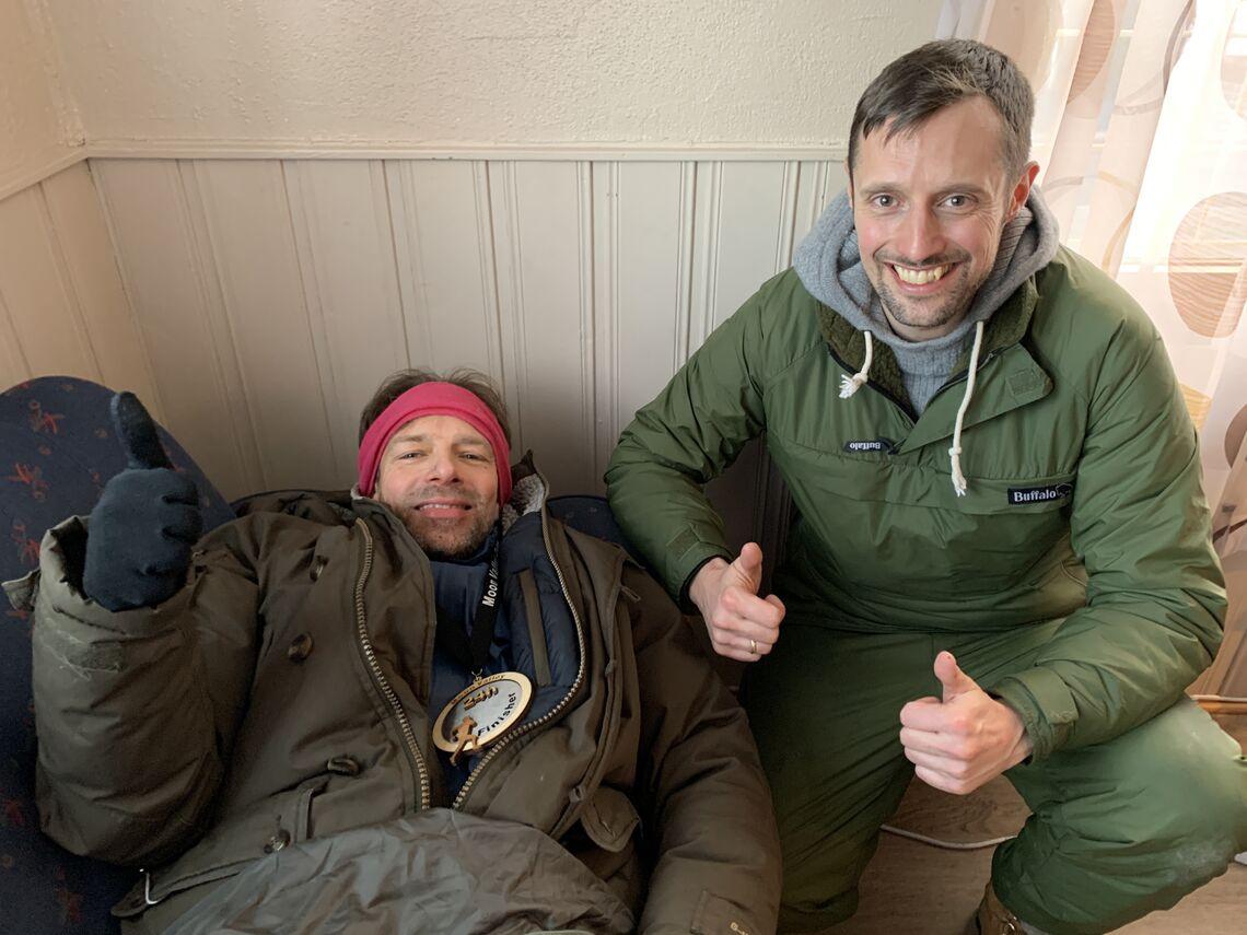 Harald Bjerke godt pakket inn i tepper, her sammen med Christian Randholm som supporterte vinneren hele døgnet. (Foto: Olav Engen)