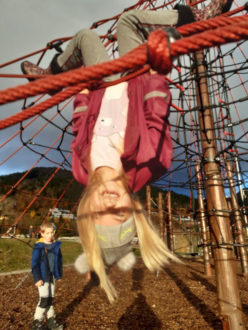 Barn  oppned i klatrestativet