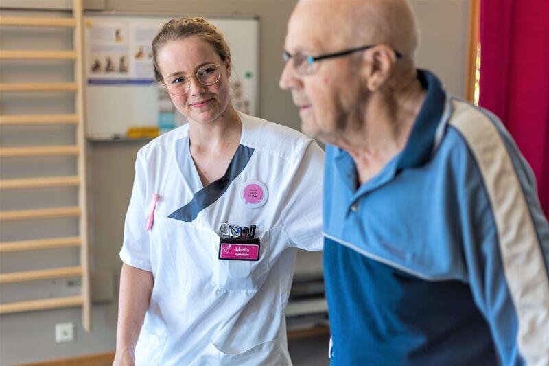 Bilde av en ansatt og beboer på sykehjem