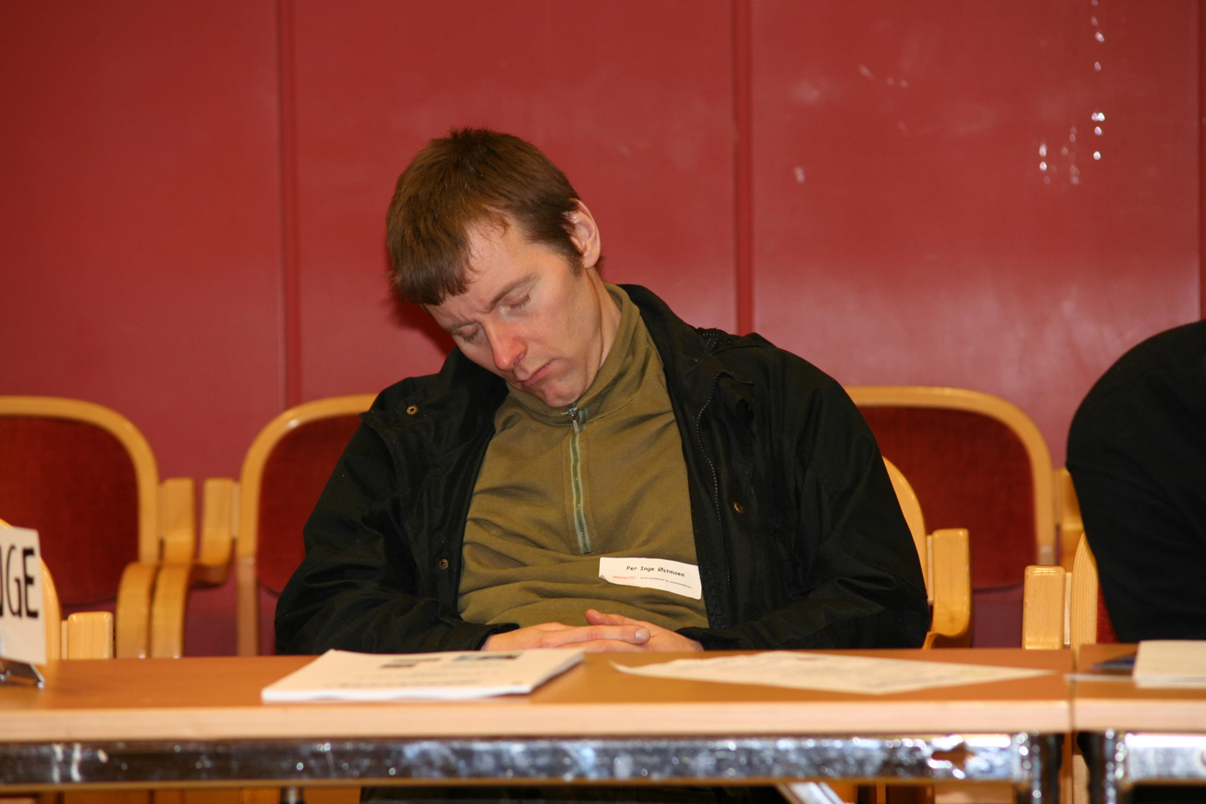 Per Inge Østmoen sover under Landsmøtet i Fredrikstad i 2008.jpg