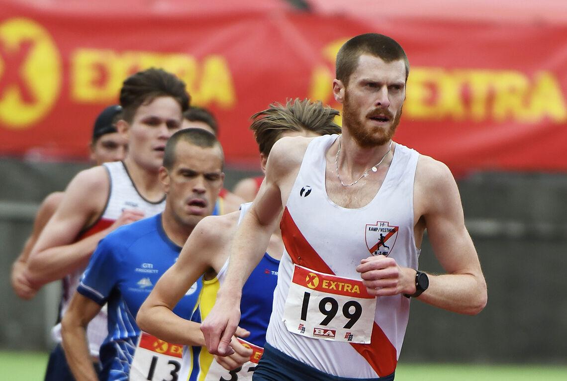 Magnus Erstad har deltatt i flere baneløp i år, som her på 10 000 m i NM, og synes det er fin fartstrening for lengre distanser som maraton og halvmaraton. (Foto: Bjørn Johannessen)