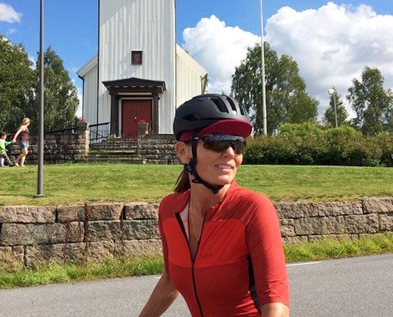 Kari Slaatsveen er blitt 57 år, men den frihetsopplevelsen syklingen gir, har hun hatt med seg siden hun fikk sin første landeveissykkel som 14-åring. Hun lager også en sykkelpodkast kalt Velopod. (Foto: privat)