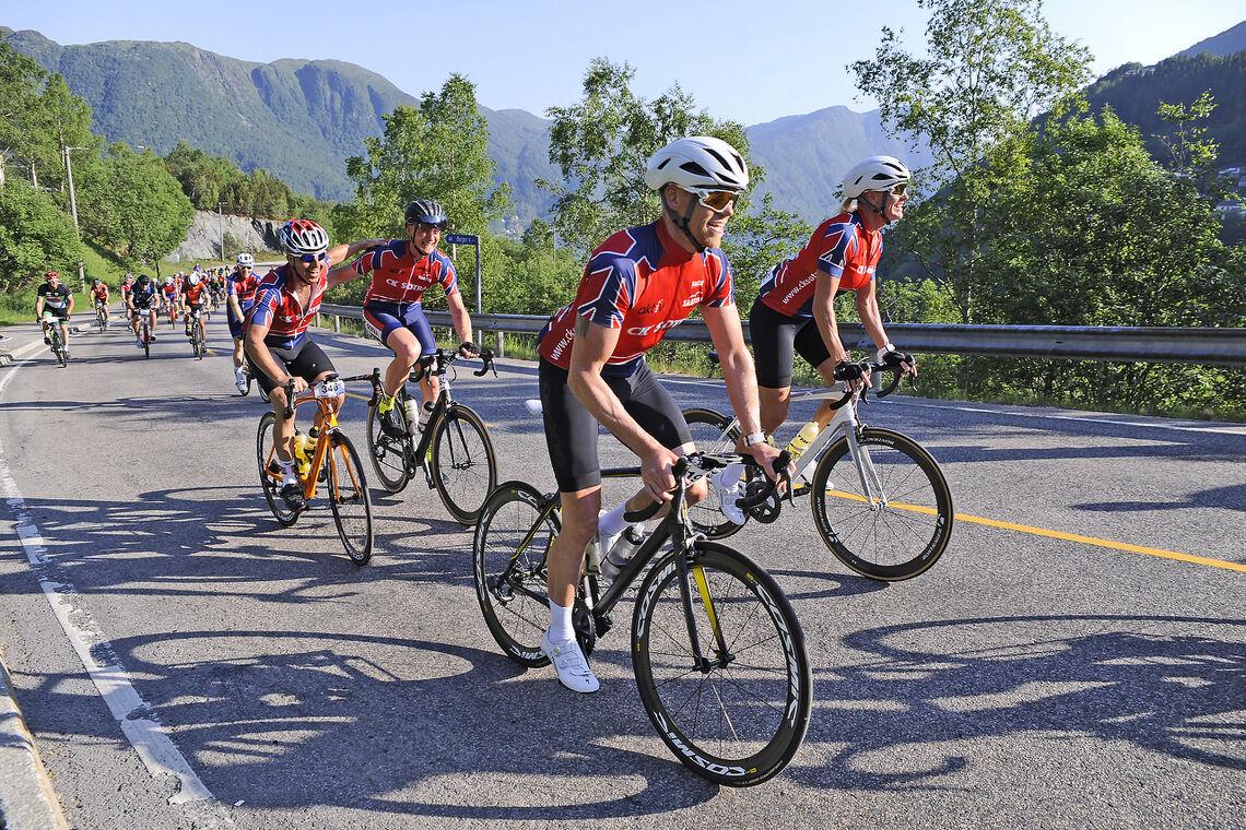 Her er en gruppe syklister opp den første bratte stigningen i Bergen - Voss: fra Trengereid og opp til Gulbotn. Fra rittet i 2018. (Foto: Arne Dag Myking)