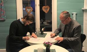 Signering av avtale.