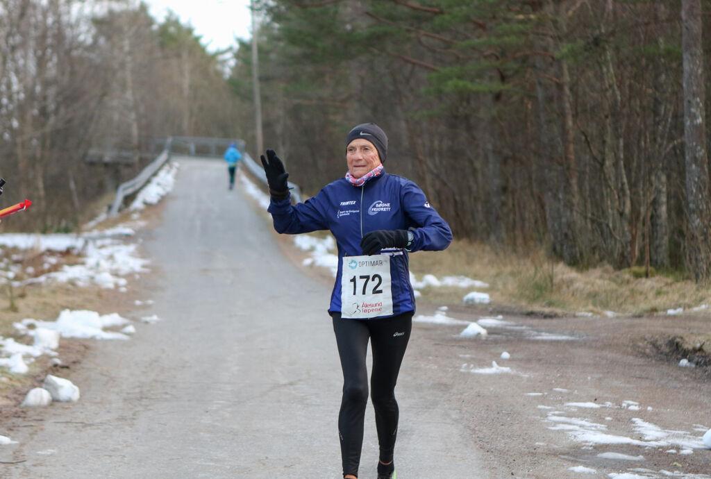 Vera Nystad har passert gangbroa på tilbakeveien og har 9 km igjen av sitt rekordløp. Foto: Martin Hauge-Nilsen