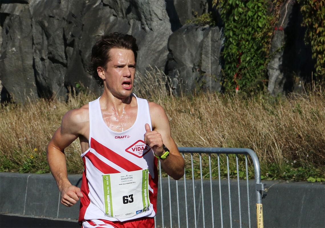 Eirik Gramstad langer godt ut på halvmaraton under Oslo Maraton i 2019. Sist høst debuterte han på maraton med 2.20.27. (Foto: Runar Gilberg)