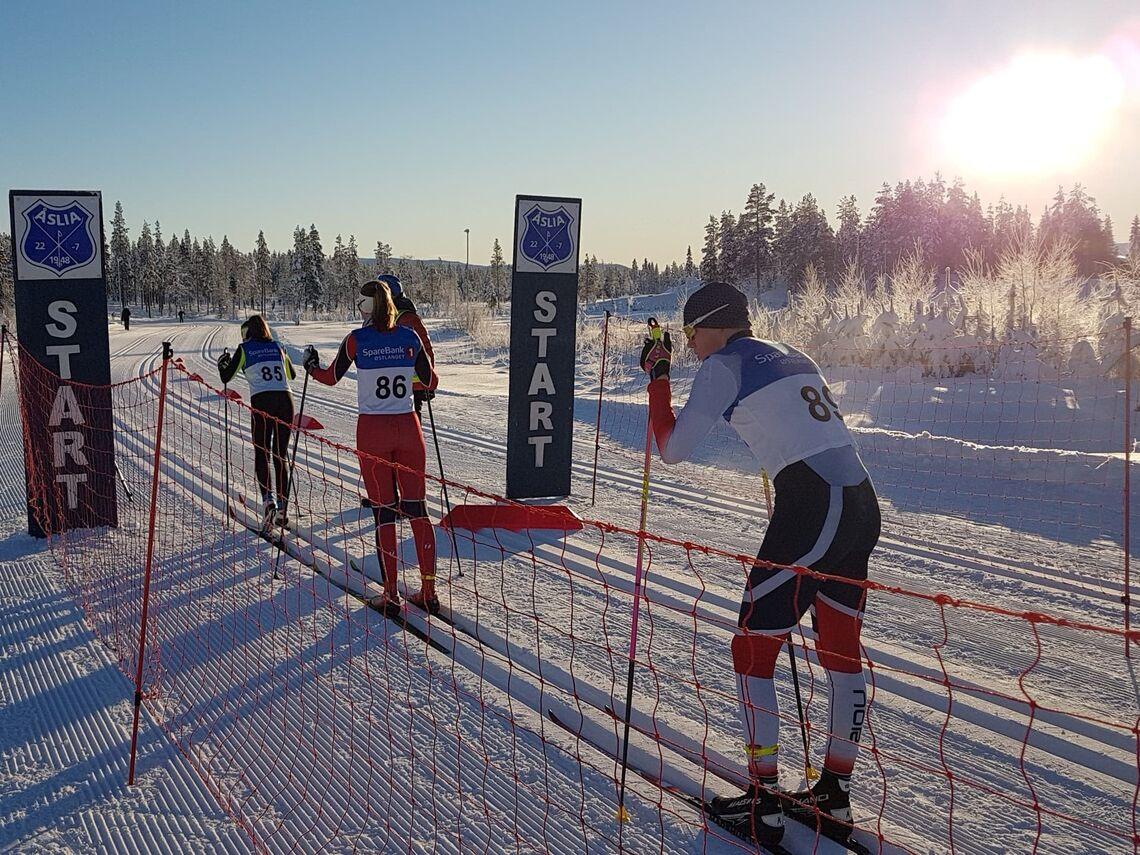 De to beste i J16 på start, Sara Hovde, MjøsSki (85)  og Guro Schjølberg, Tynset IF (86). Bak venter Elfinn Borg Faldmo, Trysilgutten IL (89) som gikk inn til 2. plass i G 15 år. (Foto: Jan Olav Andersen/Åslia Skilag)