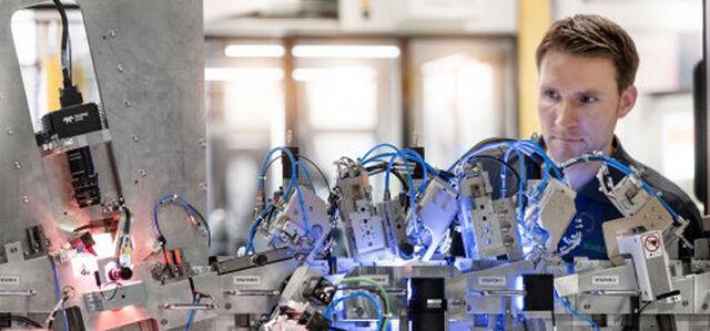 Eplan Mann an der Maschine im Sondermaschinenbau crop