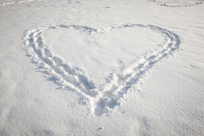 Bilde av hjerte i snøen
