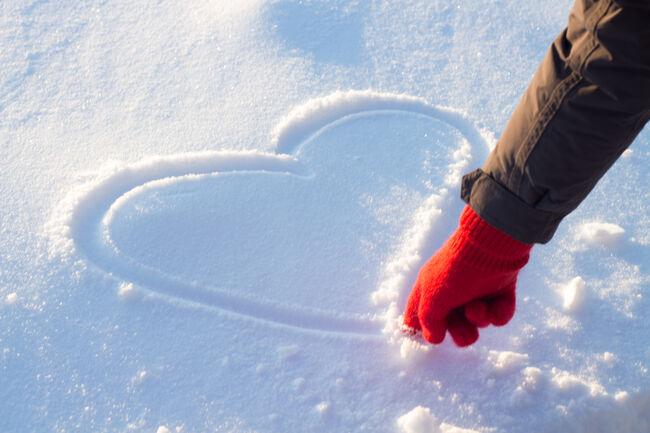 Bilde av tegning av hjerte i snøen.