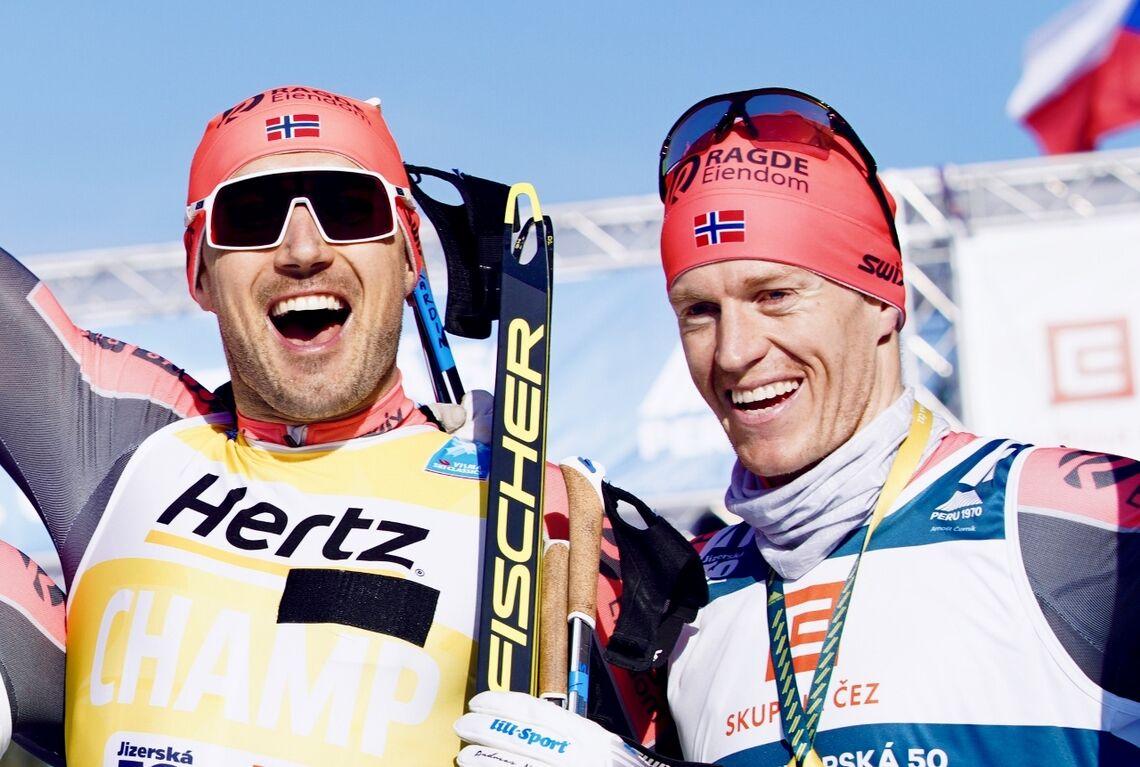 Petter Eliassen (til høyre) topper Ski Classics ranking foran Andreas Nygaard. Bildet er fra fjorårets Jizerská  Padesátka der begge var på pallen. (Foto: Visma Ski Classics)