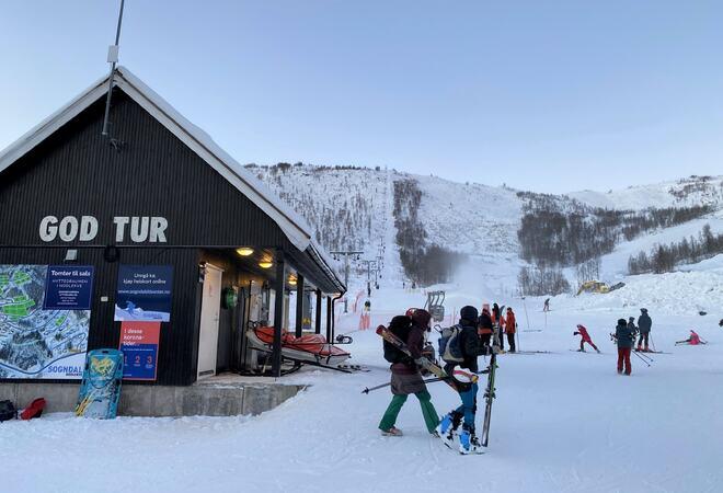 Folk med skiutstyr ved skitrekket i Rindabotn