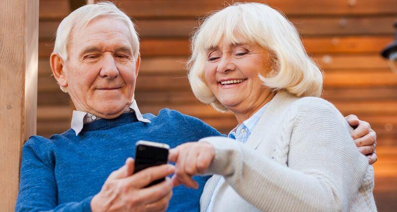 Illustrasjonsbilde av et par med en mobiltelefon