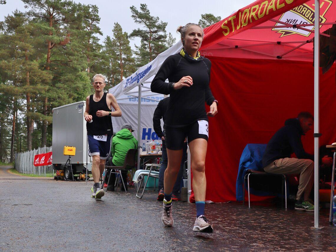 Therese Falk på 24 Hours in Hell der hun løp inn til norsk og nordisk rekord på 24-timers med fantastiske 251,451 km. Bak ser vi Simen Holvik som har norsk årsbeste i herreklassen med 253,355 km. (Foto: Jørgen Tellefsen)