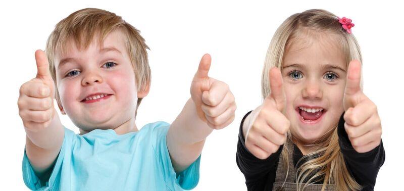 Illustrasjonsbilde av en gutt og ei jente som gir tommel opp