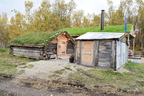 Fjøs og tilbygg på Repokoski/Revfossnes i Porsanger kommune. Fjøset, til høyre, og tilbygg, til venstre, er nå under fredning.
