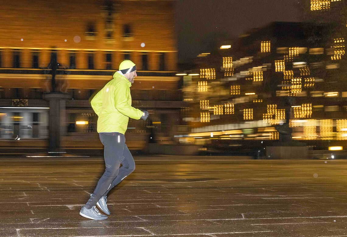 Forberedelse: Thomas Stordalen løper over Rådhusplassen, en hustren vinterdag. Til sommeren skal han løpe over den berømte plassen 4 ganger hver dag i 30 dager. (Foto: Rune Bendiksen)