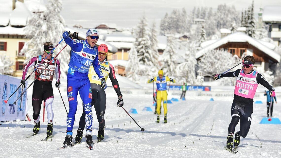 Russiske Ermil Vokuev jubler for seier i Toblach-Cortina. (Foto: Visma Ski Classics)