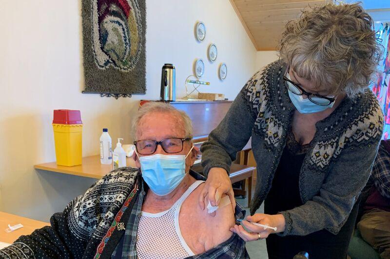Bilde av Jostein Rimol (87) da han fikk sin første dose av koronavaksinen denne uka. Helsesykepleier Laila Reitan Sundet setter vaksinen