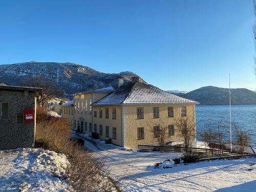 Tinghuset i Leikanger sett mot fjorden ein klår vinterdag.
