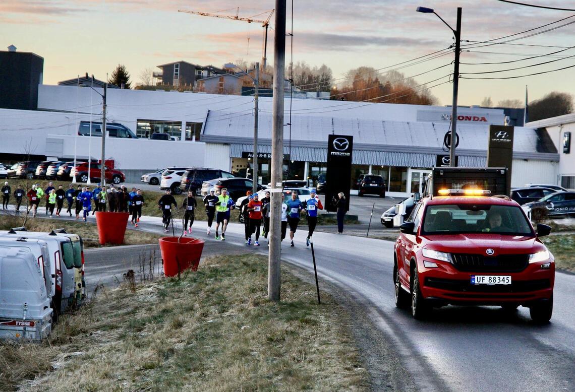Ledebil vil lose løperne trygt gjennom Brusdalen der det er litt trafikk.