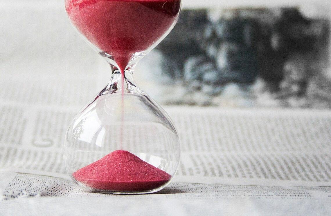 Tida renn, og vi veit ikkje kor mykje som er att i glaset. (Foto: Nile, Pixabay)