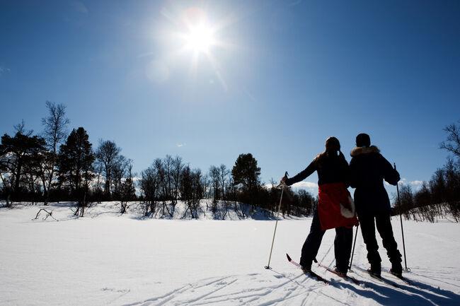 To personer i skisporet.