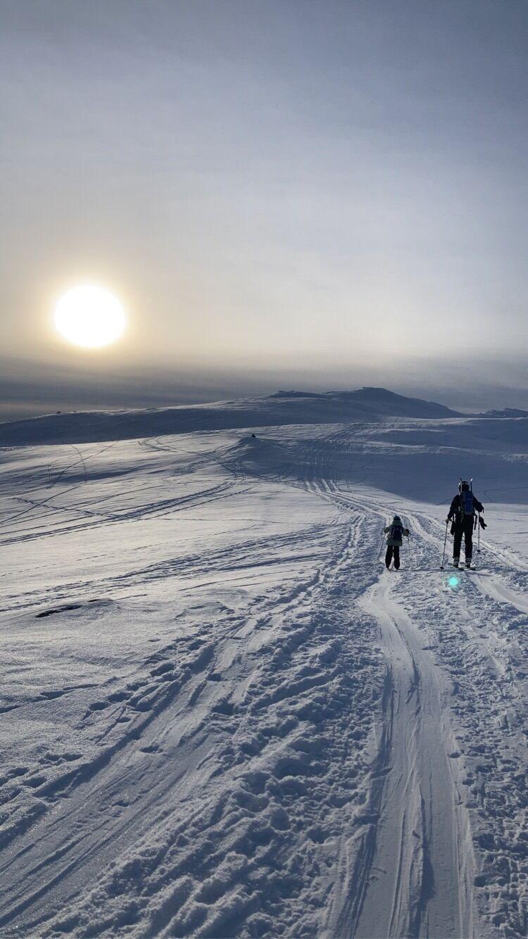 Gut og mann på ski opp mot Blåfjell